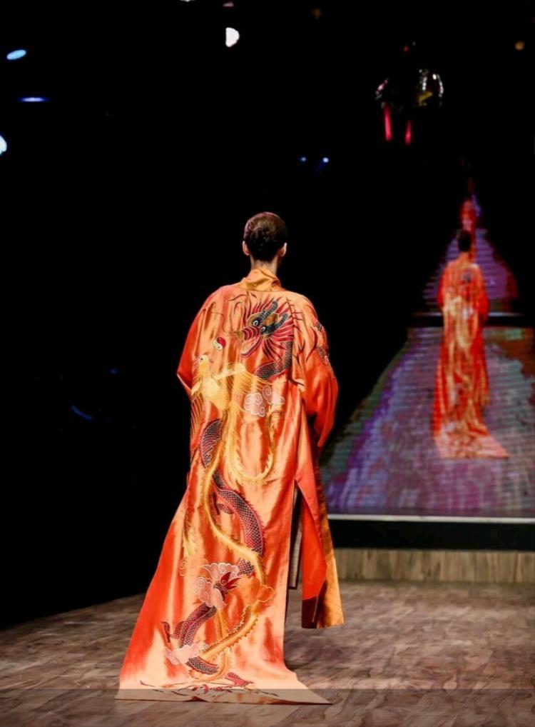 Thân áo được in họa tiết rồng đang bay, thể hiện nét quyền lực, đậm đà bản sắc Á Đông.