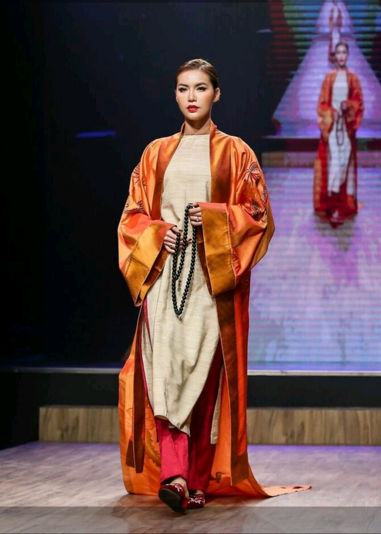 Vốn quen thuộc với hình ảnh cá tính trong cả gu thời trang và cách trình diễn, sự thay đổi lần này của Minh Tú đã mang đến màu sắc mới lạ cho BST. Các fan có cơ hội chứng kiến một hình ảnh nhẹ nhàng, thanh lịch của siêu mẫu châu Á.