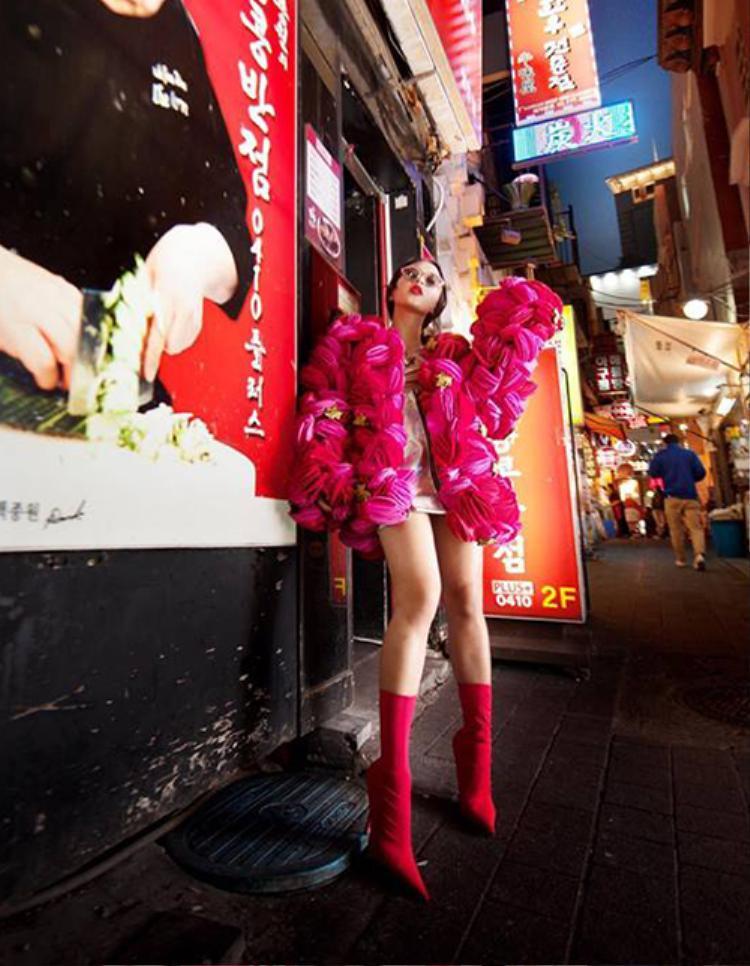 Châu Bùi ghi điểm tuyệt đối trên đường phố Hàn Quốc với áo khoác nỉ được xử lý tỉ mỉ gam màu hồng hot pink thời thượng. Boots cao cổ kèm kính mắt mèo trendy thể hiện gout thời trang sành mốt của cô nàng fashionista.