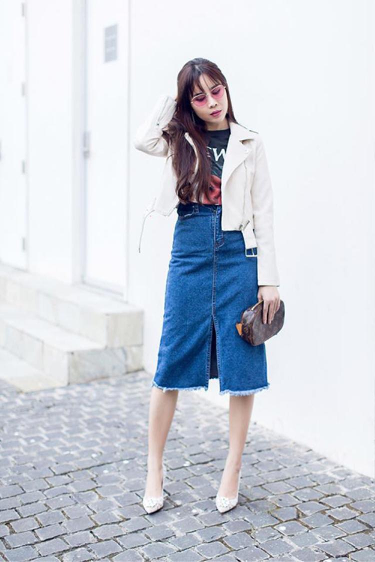 Diện set đồ khá trẻ trung gồm chân váy jeans, áo thun và jackets, Lưu Hương Giang tự tin xuống phố.