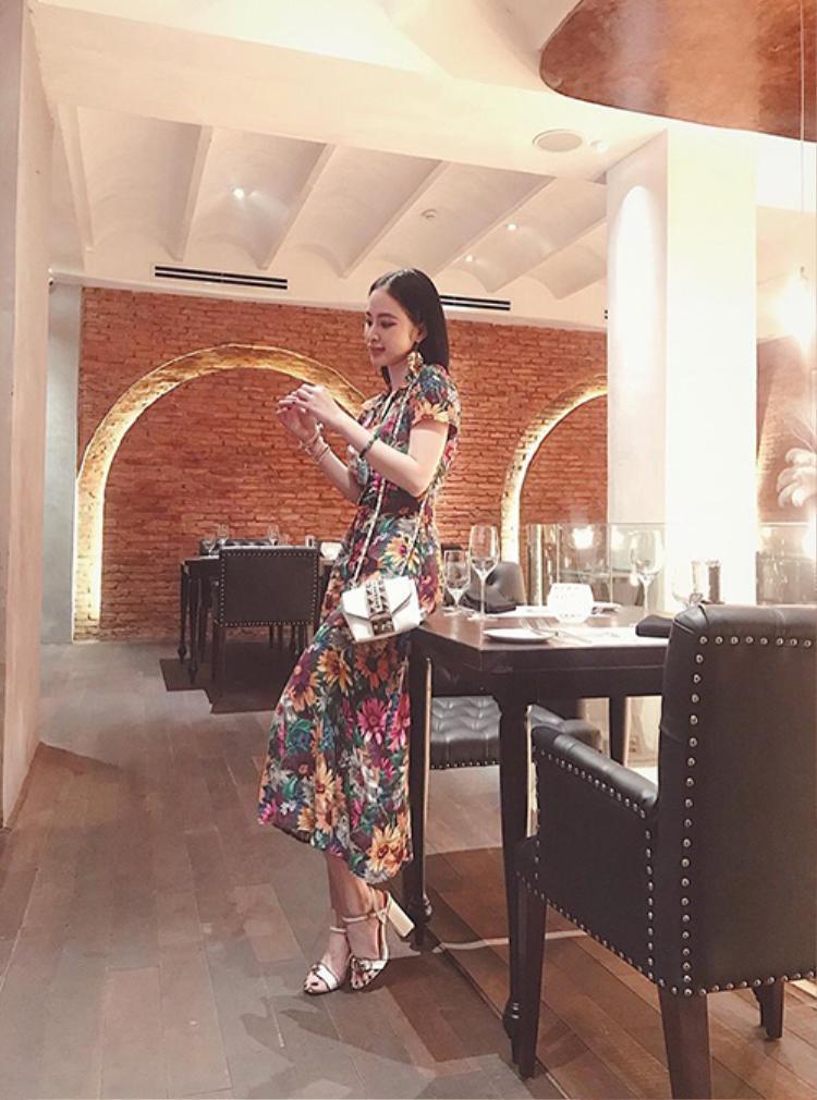 Chiếc đầm hoạ tiết hoa mang đến hình ảnh nữ tính cho Angela Phương Trinh.