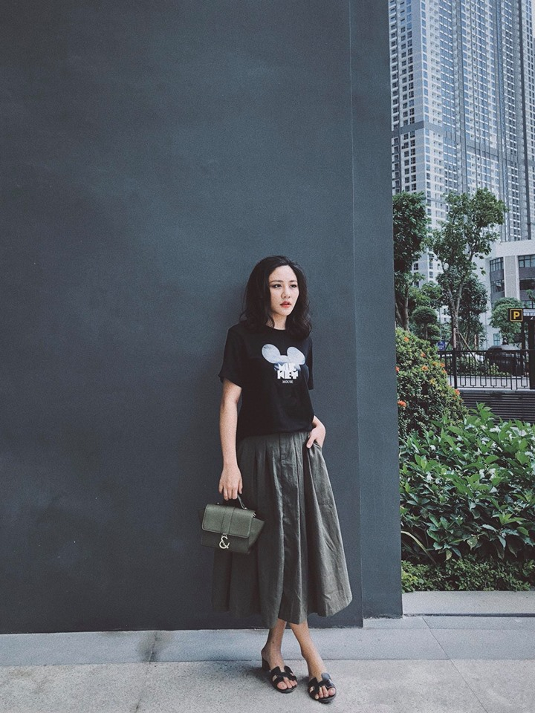 Văn Mai Hương ưa thích lối ăn diện nữ tính, có phần dịu dàng trong những ngày đầu đông. Tuy nhiên, với kiểu tóc xoăn cùng chân váy xòe dài gam màu tối lại khiến nữ ca sĩ bị đánh giá là tự cộng thêm tuổi.