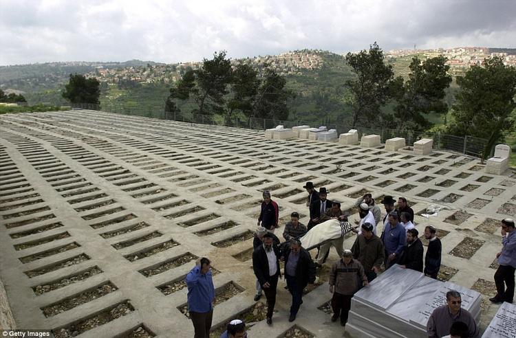 """""""Thành phố người chết"""" nắm ngay dưới nghĩa trang lớn nhất ở Jerusalem, nơi đã có khoảng 150.000 người đang an nghỉ."""