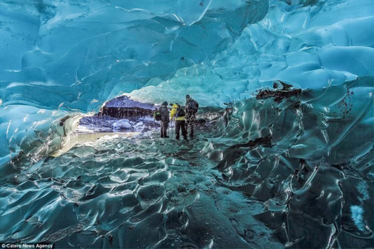 Không gian bên trong động băng trở nên lung linh, huyền ảo bởi những cấu trúc tinh thể màu xanh độc đáo. Những tinh thể này càng đẹp hơn khi được ánh sáng chiếu vào.