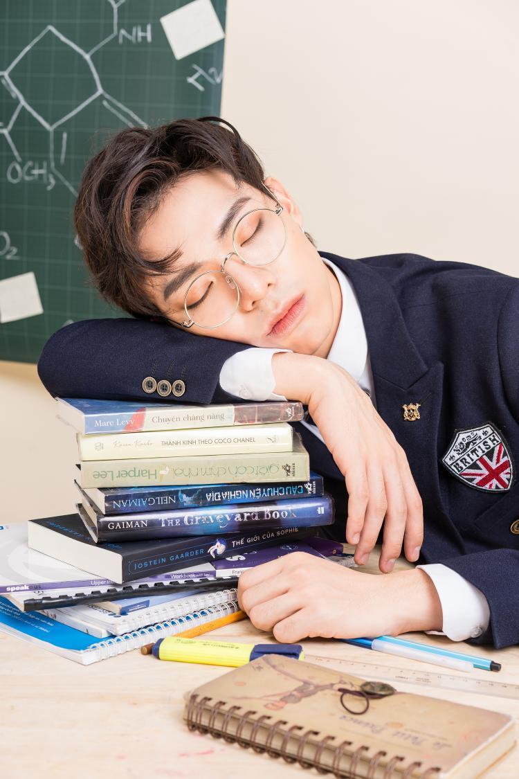 Chắc hình ảnh ngủ quên trong lớp cũng là một kỷ niệm của anh chàng đây mà!