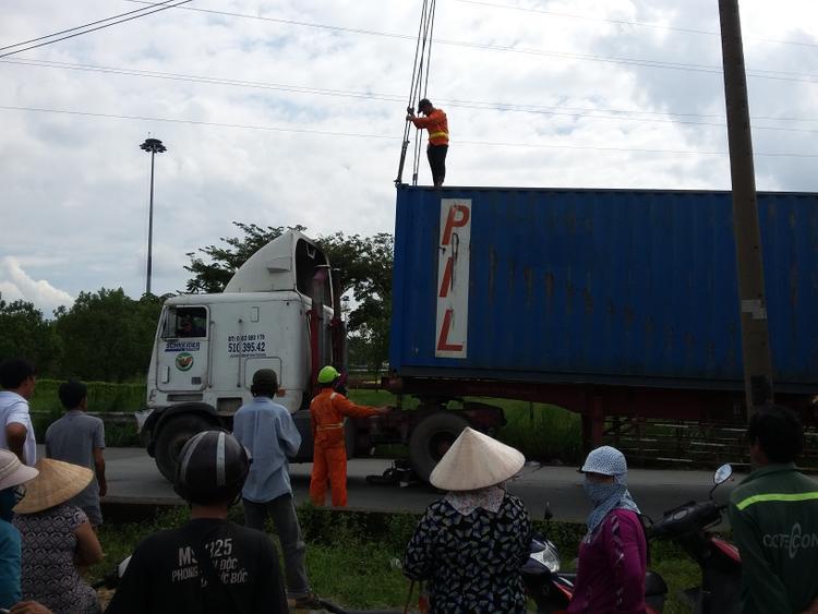 Xe cẩu được huy động đến hiện trường vụ tai nạn để đưa thi thể nạn nhân ra ngoài.