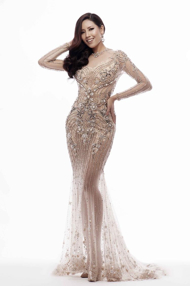 Cả 3 bộ trang phục đều được đính kết hạt cao cấp lấp lánh vô cùng tỉ mỉ nhằm giúp Á hậu Các dân tộc Việt Nam 2013 tỏa sáng dưới ánh đèn sân khấu.