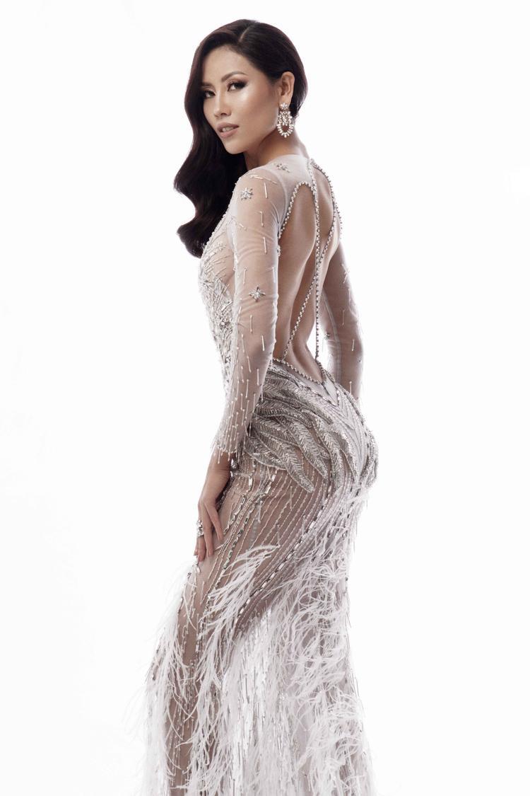 Trong khi đó, bộ trang phục màu trắng với phần khoét lưng táo bạo càng tôn lên vẻ đẹp nóng bỏng của người đẹp Việt.