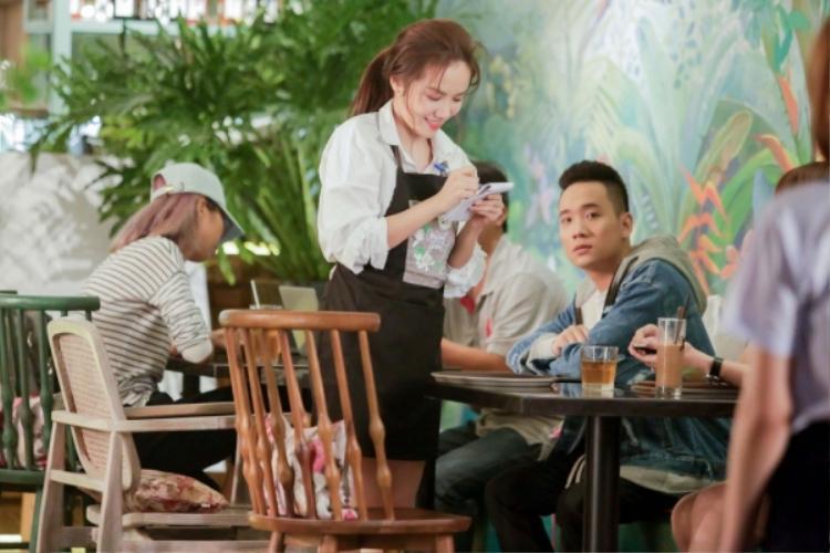 Sản phẩm 1 lần nữa chứng kiến màn kết hợp của JustaTee và Phương Ly. Cô nàng Phương Ly đảm nhận vai nữ chính trong MV đáng yêu từ cậu bạn thân.