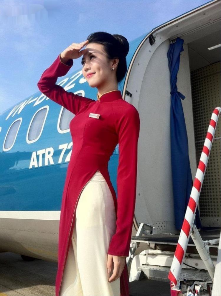 Ngọc Châm xinh đẹp, rạng rỡ trong đồng phục áo dài củaVietnam Airline.