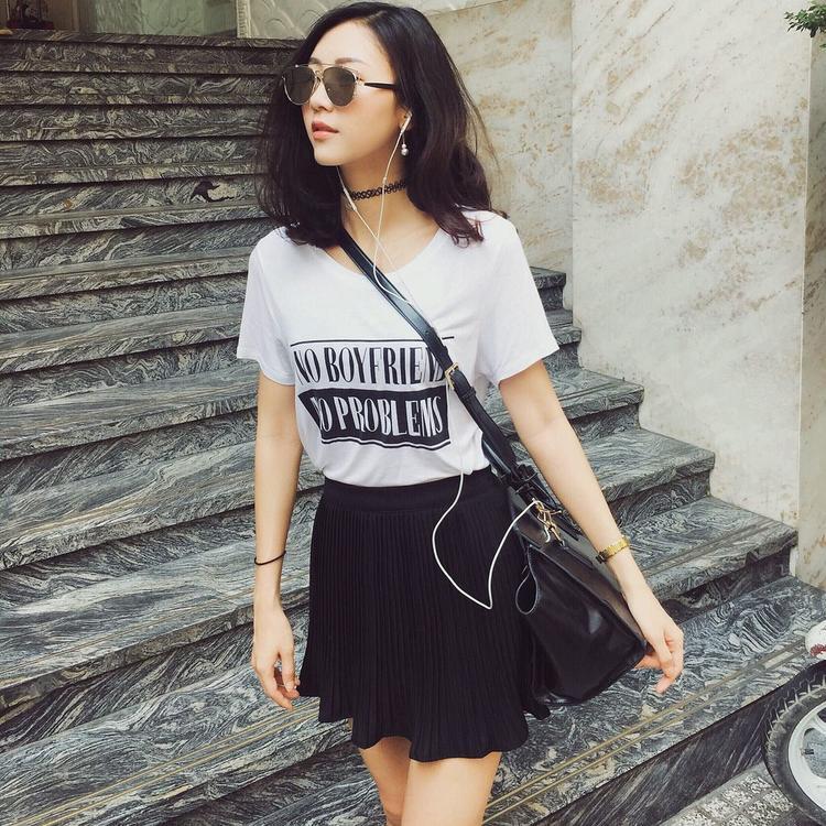 """Để """"ăn gian"""" tuổi một chút, Ngọc Châm phối áo phông cùng chân váy ngắn đơn giản."""