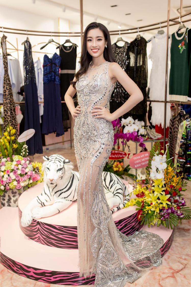 Người đẹp hài hước chia sẻ, đây là bộ trang phục cô mang đi tham dự Hoa hậu Thế giới nhưng do không được sử dụng nên giờ về Việt Nam tranh thủ diện ở sự kiện.