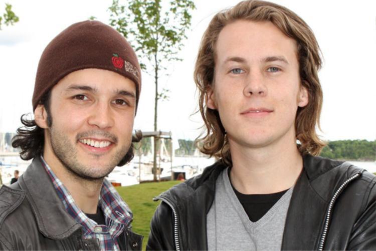 """Ylvis là một nhóm nhạc Na-Uy gồm hai thành viên anh em. Đây là """"hình dáng"""" của họ ngoài đời khi không hóa trang thành con cáo."""
