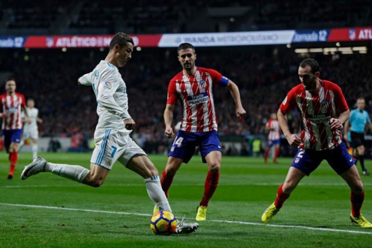 Atletico (áo sọc đỏ trắng) và Real hòa nhau với tỷ số 0-0.