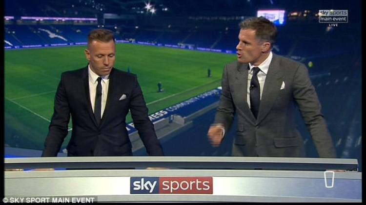 Cựu trung vệ Jamie Carragher (phải) đang là bình luận viên nổi tiếng của một kênh thể thao ở Anh.