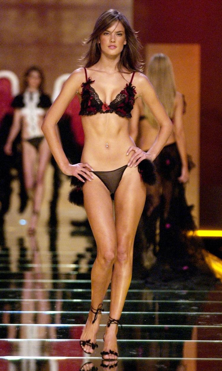 Năm 2012, thể hình của Alessandra Ambrosio đã đẹp hơn với các búi cơ rõ rệt.