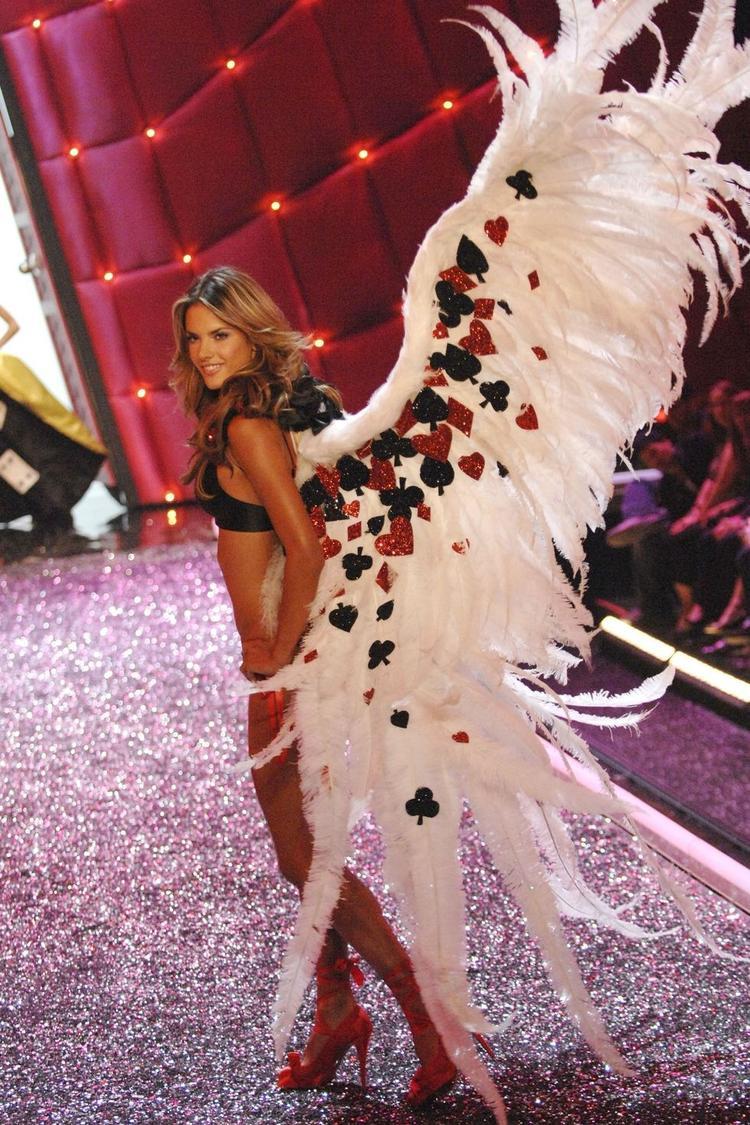 Năm 2006, Alessandra Ambrosio đã đeo một bộ cánh siêu to bằng lông vũ.