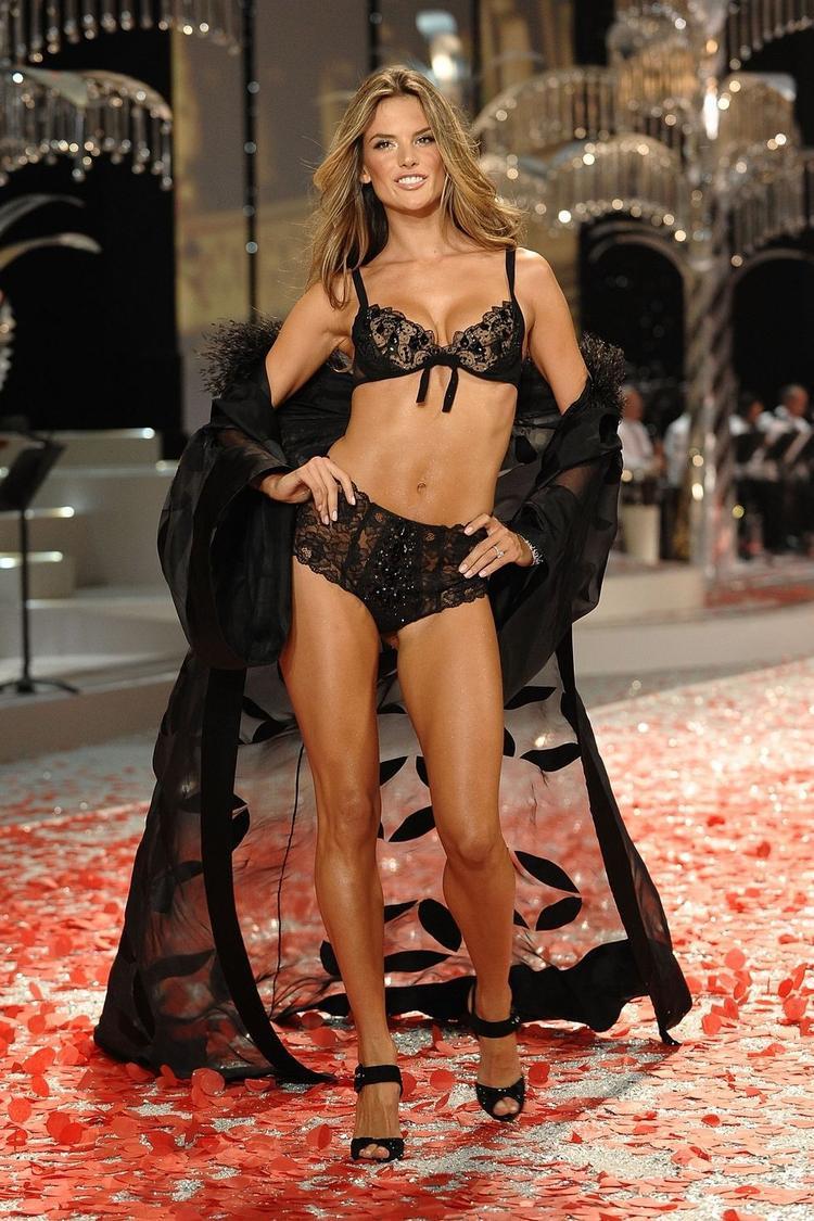 Năm 2008, Alessandra Ambrosio diện bộ nội y ren đầy quyến rũ.