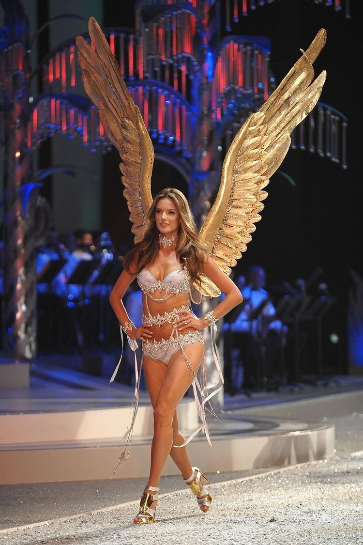 Và nổi bật nhất trong năm 2008 là bộ cánh vàng siêu to mà cô nàng đang khoác trên vai.