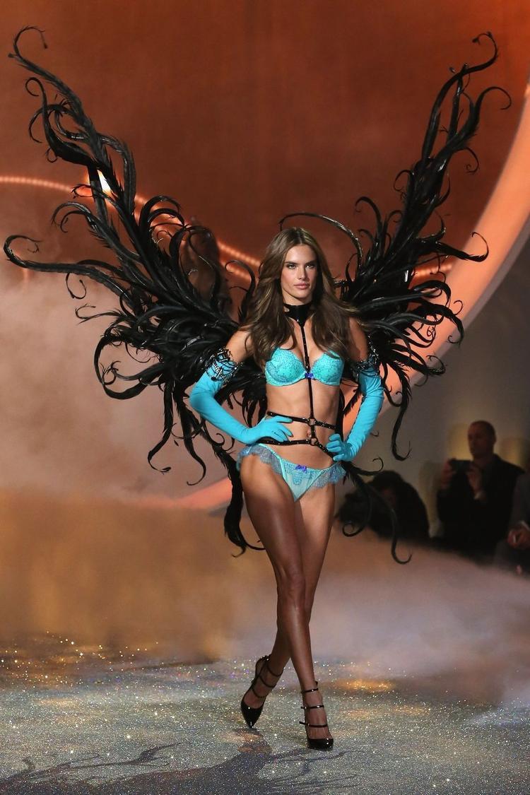 Cũng trong năm 2013, Alessandra Ambrosio gây choáng ngợp khi xuất hiện cùng đôi cánh đen thiết kế cực độc đáo.