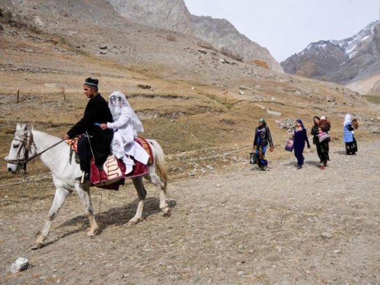 Vì ám ảnh về chiếc khăn trắng nên đa số phụ nữ bị bắt về đều không dám bỏ trốn.