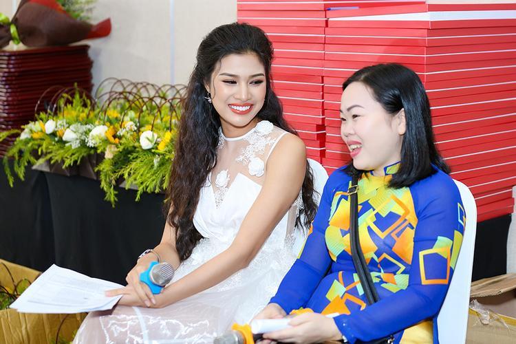 Sau ồn ào với Hoa hậu Đại dương Ngân Anh, Nguyễn Thị Thành rạng ngời làm MC