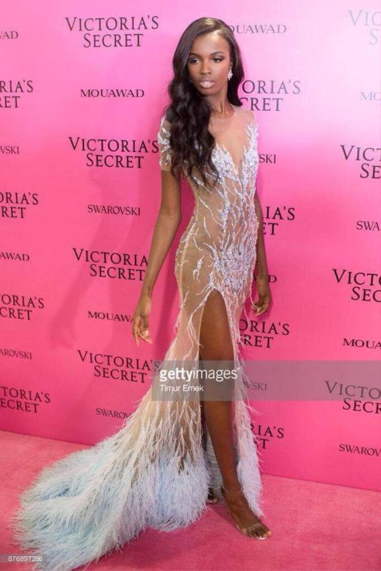 Siêu mẫu Leomie Anderson mặc đầm của NTK Lê Thanh Hoà trên thảm hồng VSFS