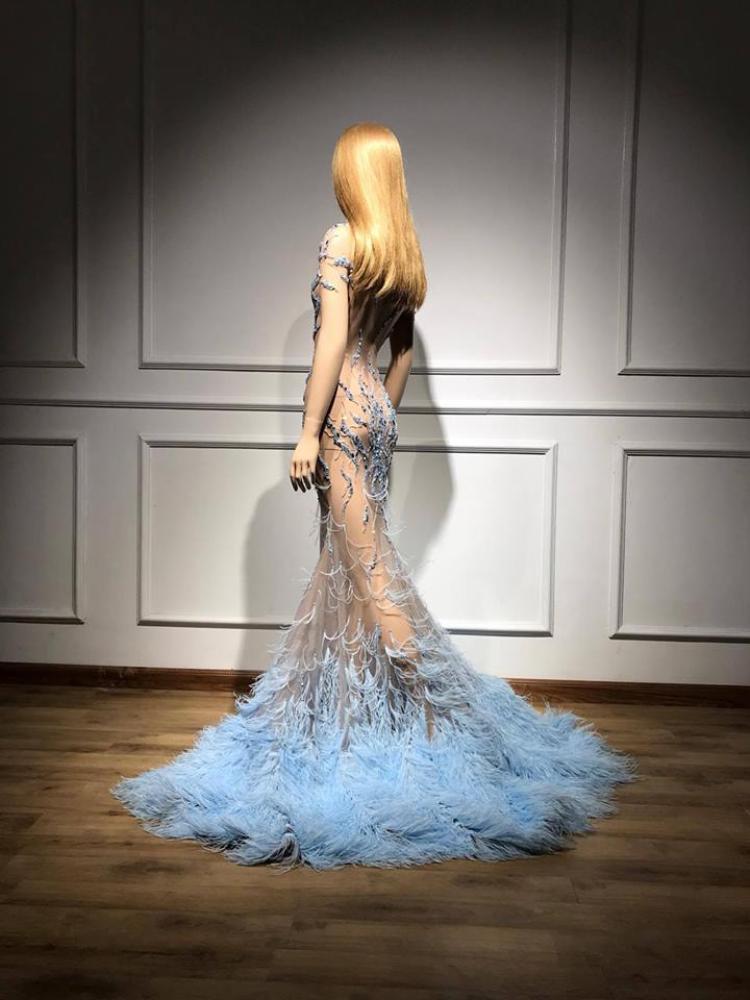 Chất liệu lông vũ màu xanh được nhập từ nước ngoài.