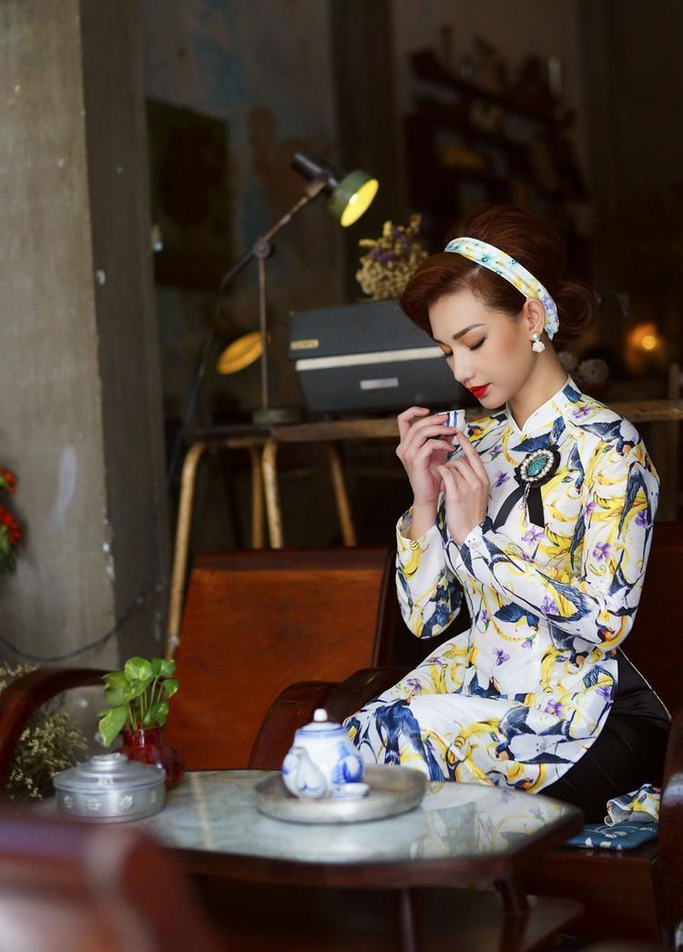 Nữ diễn viên khéo léo kết hợp phụ kiện là hoa tai đá to bản, khăn lụa cài tóc, giỏ xách mây tre cách điệu để set đồ thêm đặc biệt.