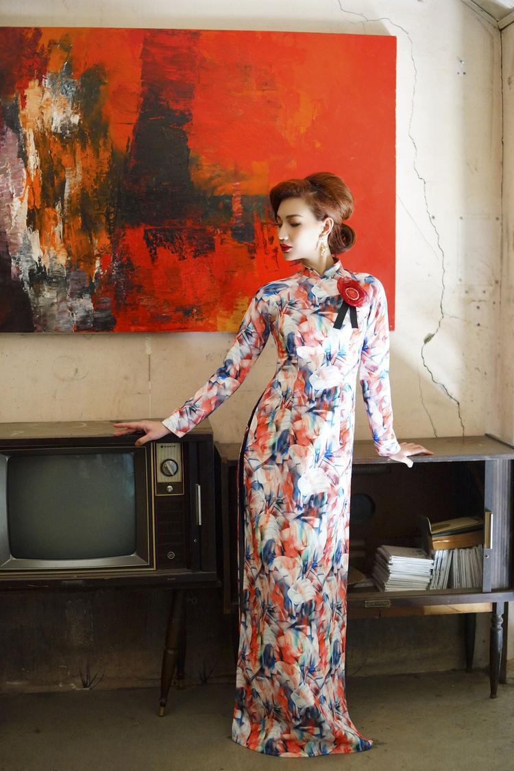 """Quỳnh Chi cho biết, đã rất lâu cô mới xem được bộ phim Việt để lại nhiều ấn tượng trong lòng chính mình. Vì thế, để bày tỏ niềm yêu mến, ủng hộ """"Cô Ba Sài Gòn"""" và ê-kíp của thần tượng, cựu hot girl đã thực hiện bộ ảnh mới khắc họa nét đẹp đôn hậu của phụ nữ Sài Gòn xưa."""