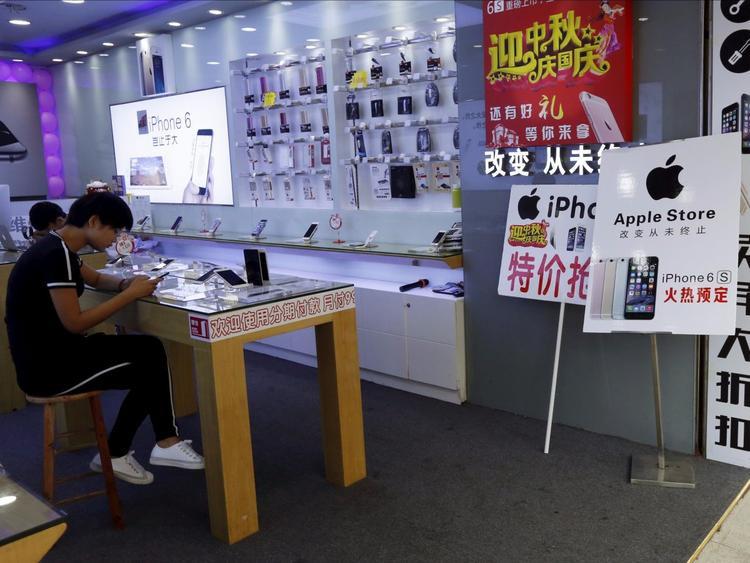 Điều này có nghĩa là hầu hết các cửa hàng trên con phố mua sắm chỉ kéo dài 1 km này đều là các cửa hàng không được ủy quyền, nhưng vẫn bán các sản phẩm Apple thật.