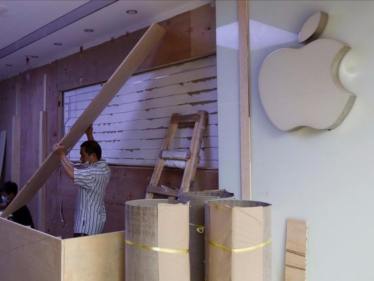 Hầu hết các cửa hàng được thiết kế và bài trí giống như một Apple Store thật. Nhân viên bán hàng mặc những chiếc áo phông màu xanh cùng logo Apple màu trắng cùng những chiếc iPhone, iPad hay Apple Watch bày biện trên những chiếc bàn gỗ chẳng khác nào một Apple Store chính hiệu.