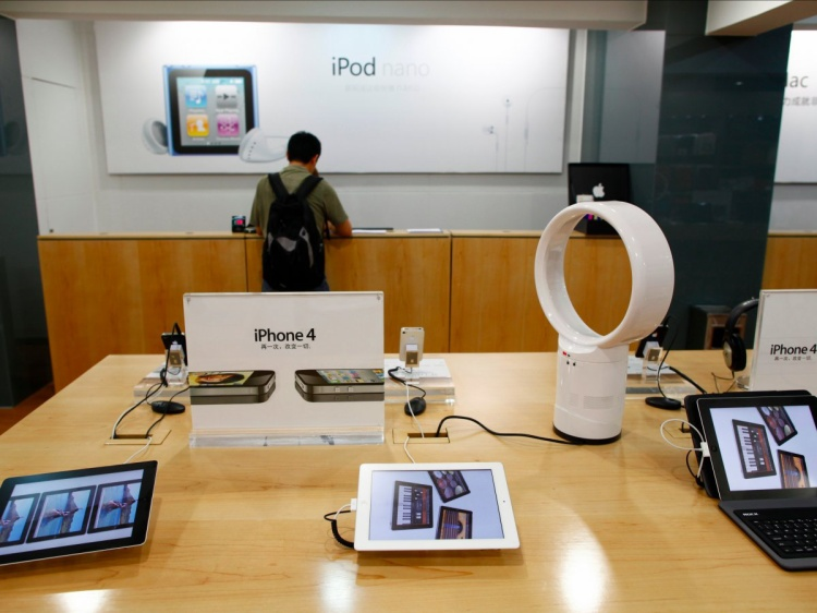 Ở thời điểm blog của Angelson được lên sóng, Apple chỉ có bốn cửa hàng chính thức tại Trung Quốc, chia đều cho hai thành phố Thượng Hải và Bắc Kinh.