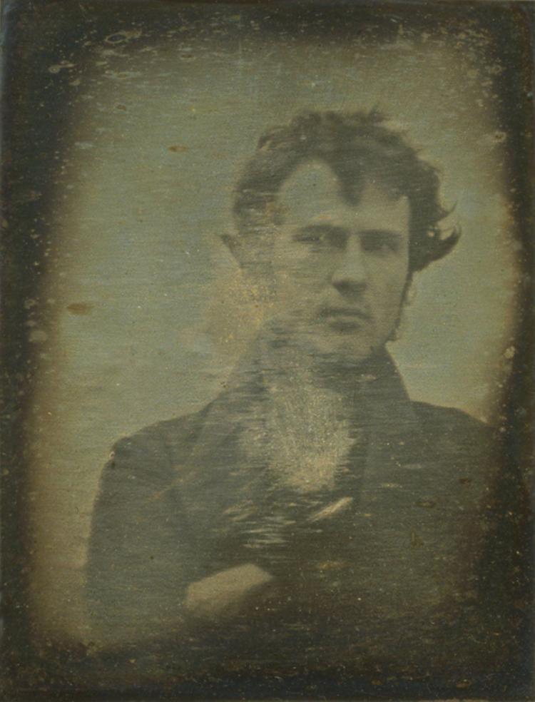 """Đây là tấm hình tự sướng đầu tiên trên thế giới. Ở đằng sau Robert Cornelius có đề """"Tấm ảnh ánh sáng đầu tiên được chụp. 1839."""""""
