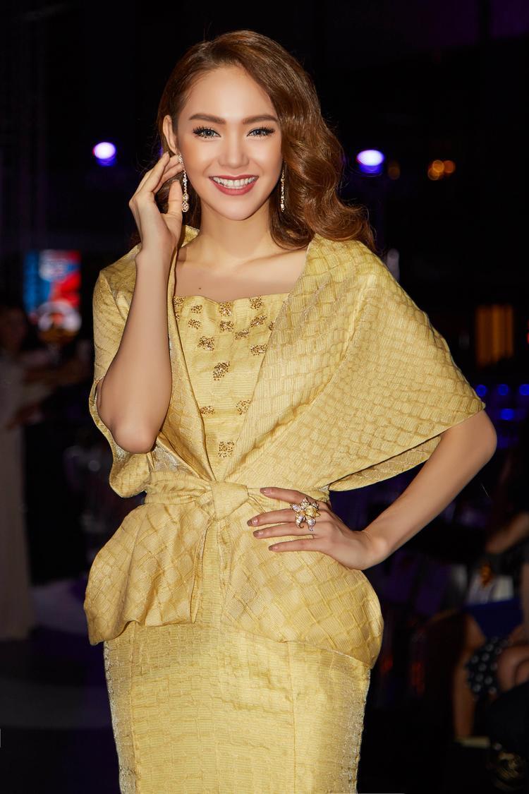 Là khách mời danh dự của NTK Phương My, Minh Hằng xuất hiện lộng lẫy trong bộ cánh vàng óng cùng trang sức kim cương lên đến 20 tỷ đồng.