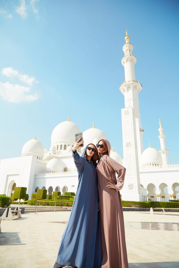 Hai người đẹp nhắng nhít chụp ảnh selfie, lưu lại những khoảnh khắc đáng nhớ tại đất nước xinh đẹp này.