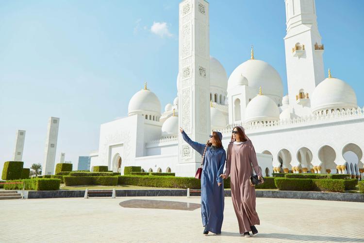 """Minh Hằng cùng """"hoa hậu quốc dân"""" Phạm Hương toả sáng rực rỡ trong tiết trời chói chang của Dubai."""