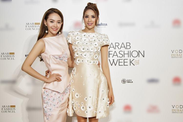 Hoa hậu Phạm Hương cũng không kém cạnh khi đứng cùng đàn chị.