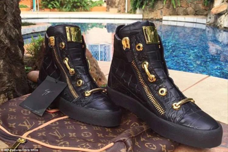 Đôi giày da cá sấu Giuseppe Zanotti giá 14 nghìn USD cũng được anh chàng này giới thiệu.