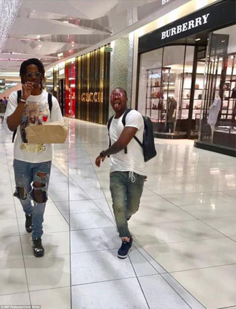 Khi theo học tại Dubai, quý tử của Tổng thống Robert Mugabe cũng mạnh tay mua sắm hàng hiệu như Gucci và Burberry.