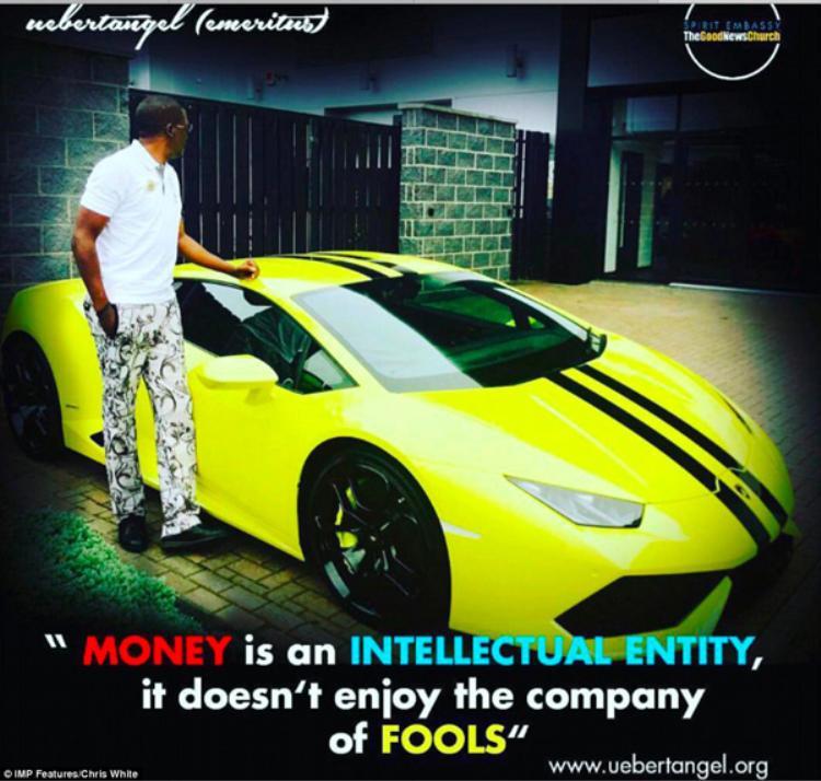"""Uebert Angel là một trong những giám đốc điều hành của tập đoàn The Billion Group. Trong bức ảnh đứng cạnh chiếc Lamborghini, anh chàng đính kèm dòng chữ với nội dung: """"Tiền là một thứ có trí tuệ, nó không dành cho những kẻ ngốc""""."""