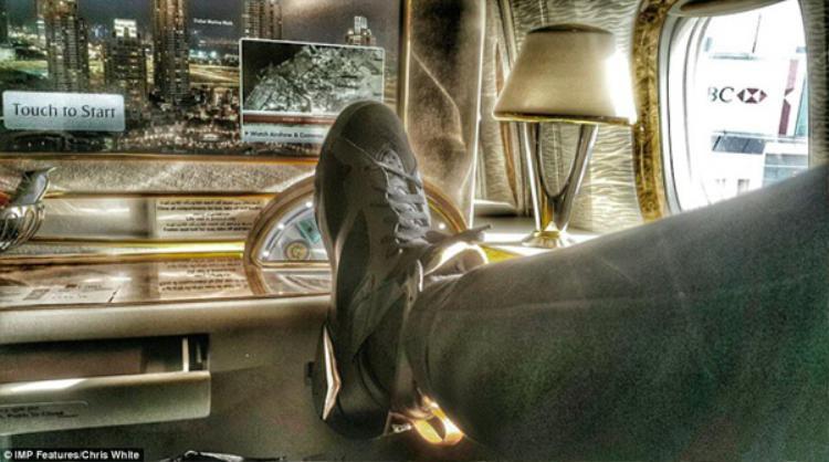 Junior khoe khoang những bộ trang phục thiết kế bên cạnh màn hình cảm ứng mạ vàng trong máy bay.