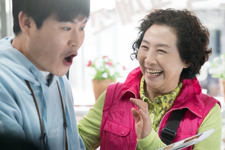 """Người mẹ già Ae-soon (Goh Doo-shim đóng) và cậu con trai """"chậm lớn"""" In-Gyu (Kim Sung-kyun đóng)."""