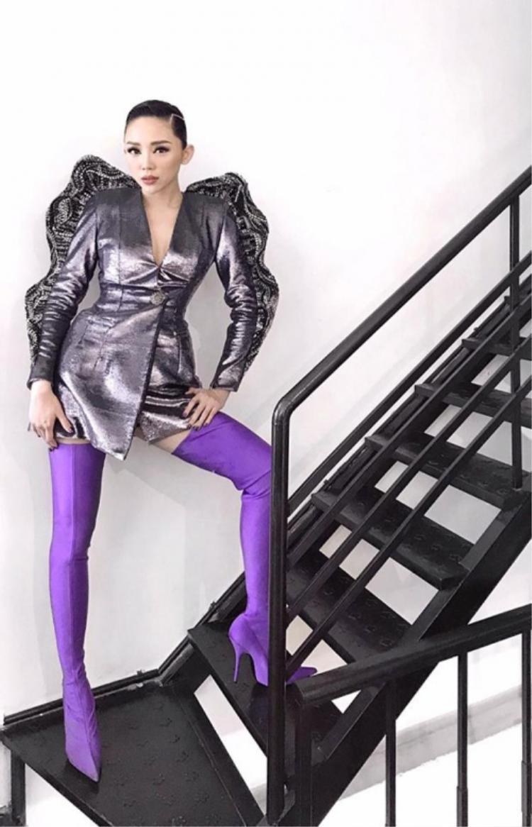 Tóc Tiên cũng có lần diện đôi bốt này với vest ánh kim cực ấn tượng.