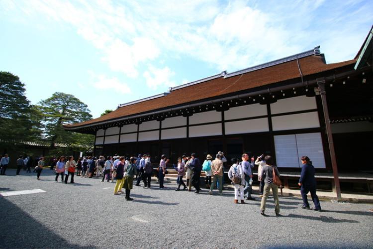 1. Cố cung Hoàng gia Kyoto:Được UNESCO công nhận là di sản văn hóa thế giới năm 1994, cố cung Kyoto là niềm tự hào của người dân Nhật Bản.Hoàng cung Kyoto lưu giữ nhiều di tích lịch sử, văn hóa của Nhật Bản. Bên trong là những cung điện, lầu đài nguy ca với kiến trúc tối giản. Khuôn viên của Hoàng cung còn có vườn thượng uyển với nhiều ao hồ, đảo nhỏ,…