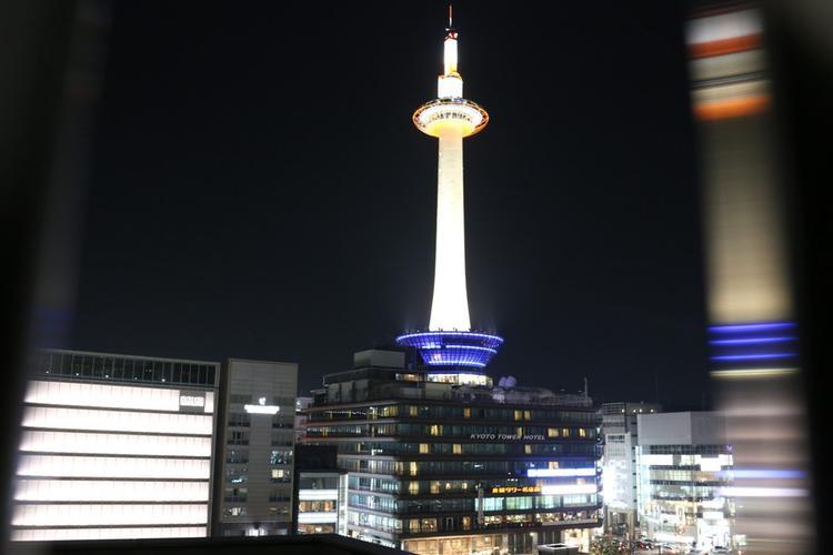 10. Tháp Kyoto:Công trình lịch sử này nằm phía trước nhà ga Kyoto, là niềm tự hào của Kyoto.Tháp cao 131 mét sẽ cho bạn ngắm mọi ngóc ngách của Kyoto. Những lúc trời đẹp, bạn có thể phóng tầm nhìn đến tít tắp, thậm chí ngắm được núi Phú Sĩ. Đây là tháp khung thép lớn nhất thế giới và được xem như là một ngọn hải đăng chiếu sáng thành phố không có biển của Kyoto.