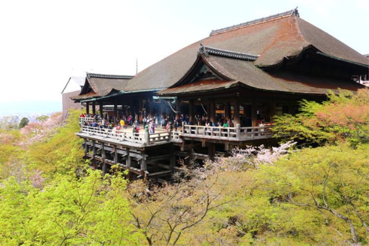 3. Chùa Kiyomizu Dera:Đây là ngôi chùa cổ nổi tiếng nhất Nhật Bản. Chính điện được xây dựng trên vách núi, có thể chiêm ngưỡng toàn cảnh thành phố. Khung cảnh ngôi chùa thay đổi từ mùa này sang mùa khác. Ngay bên dưới chính điện, có thác nước thiêng mà bạn có thể uống để cầu mong: sức khỏe, trí tuệ và tuổi thọ. Năm 2007, chùa là địa điểm được lọt vào vòng chung kết trong đợt bình chọn Bảy kỳ quan mới của thế giới.