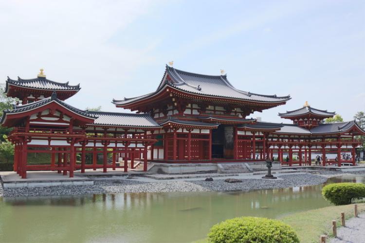 5. Đền Byodo-in:Xuất hiện ở mặt sau của đồng 10 yên, đền là công trình nổi bật về kiến trúc Phật giáo Tịnh Độ. Đáng kể là Phật đường Phượng Hoàng được coi là quốc bảo của Nhật Bản. Từ xa, ngôi chùa tự như chim phượng hoàng đang sải cánh. Mỗi chi tiết của ngôi đền đều được thiết kế rất tinh vi, tỉ mỉ. Được xây dựng giữa hồ, nên nhìn xa Phật đường giống như cung điện nổi lên giữa thiên đường.