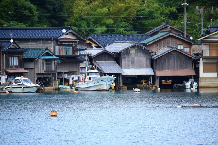 """8. Khu nhà nổi Funaya:Là làng chài dọc theo vịnh Ine, phía bắc Kyoto, Funaya được xem như """"Venice của Nhật Bản"""". Tầng dưới các ngôi nhà là nơi neo đậu của thuyền. Nhìn từ khơi, các ngôi nhà như nổi trên biển. Khu nhà nổi thường làm bối cảnh cho các bộ phim, và trở thành khu vực bảo tồn quần thể kiến trúc truyền thống quan trọng đầu tiên ở Nhật Bản."""