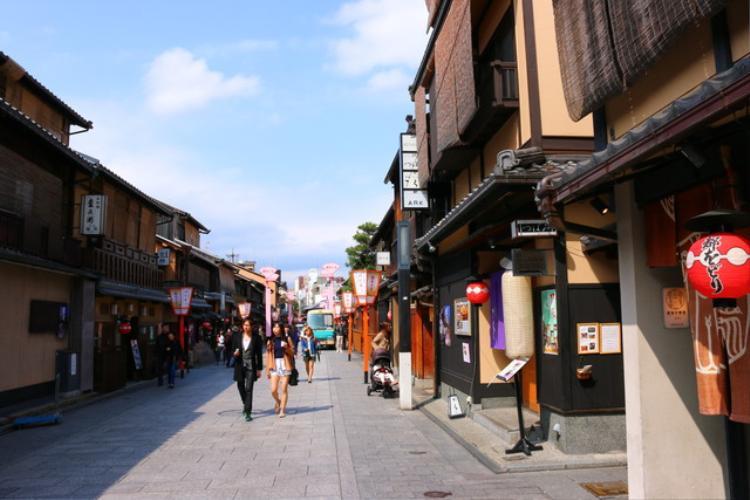 9. Khu Gion:Gion là khu geisha, maiko và giải trí nổi tiếng nằm ở trung tâm Kyoto. Gion còn giữ được những ngôi nhà gỗ cũ, những quán trà đạo. Đây là nơi cho bạn ngắm cảnh đường phố đậm chất cổ xưa của cố đô. Vào tháng bảy hằng năm, lễ hội Gion thu hút hàng triệu khách khắp thế giới với các cổ xe lộng lẫy, buổi nhạc truyền thống Nhật.
